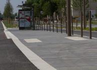 Arrêt de bus, bordure Profil Pierre, dalle podotactile STRADAL